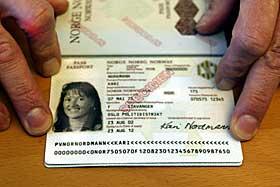 EUREKA! Har du et pass med to maskinskrevne linjer nederst er det elektronisk lesbart. Passene som fordrer visum til USA før avreise er håndskrevne.