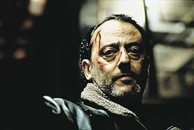 SMÅSUR: Jean Reno skyter med skarpt og er gretten i «De røde elvene».