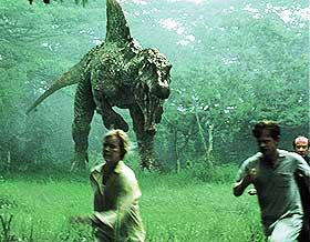 MØTE VED MILEPÆLEN:  «Jurassic Park III» er en ikke fullt så skummel film til tross for et iherdig forsøk på å lage skrekkfilm. Dinoene spiller ikke så verst.