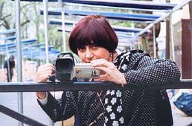 EN SAMLER: Regissør Agnès Varda er selv til stede i sin egen dokumentar om mennesker som samler andres rester og på forskjellig vis lever av dem.