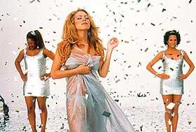 I RAMPELYSET: Mariah Carey gir seg hen til sangen og stjernelivet i «Glitter», uten at sinnet settes i bevegelse.