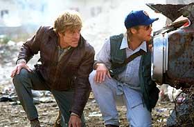 KOLLEGER: Robert Redford (t.v.) må redde CIA-kollega Brad Pitt, som er tatt til fange, i Tony Scotts «Spy Game».