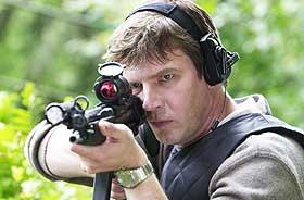 PÅ SKUDDHOLD: Johan Falk (Jakob Eklund) prøver å redde en venn i «Livvaktene», og det skjer på dramatisk vis og med stor bevæpning.