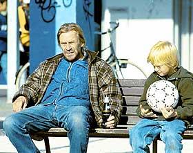 DRIVENDE GOD: Jesper Christensen er drivende god og drivende full som alkoholikeren Kaj i «Benken» - mannen som plutselig gjenser sin datter etter 19 år og må finne ut om han vil gi seg til kjenne.