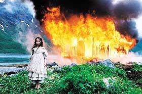 DRAMA:  Dina (Amanda Jean Kvakland) foran det brennende vaskehuset hvor ulykken med moren skjedde. Etter dette blir Dina en utstøtt.