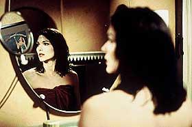 SURREALISTISK: Laura Elena Harring som den hukommelsesløse i David Lynchs surrealistiske «Mulholland Drive».