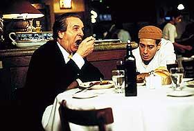 VELSMAKENDE: Louis Cropa (Danny Aiello) og hans kjøkkensjefsønn Udo (Edoardo Ballerini) i «Dinner Rush».