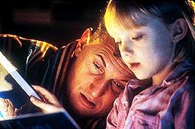 SKIKKELIG SEIGT:  Sean Penn er ellers glimrende, men mest teatralt tillært i rollen som tilbakestående Sam i kamp for å beholde sin datter (Dakota Fanning). «I Am Sam» er et tynt publikumsfrieri.