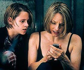 PANISK PÅ INNSIDEN: Meg (Jodie Foster) og datteren Sarah (Kirsten Stewart) prøver desperat å få kontakt med omverdenen, der de sitter innelåst i et rom i en leilighet, mens innbruddstyver prøver å komme inn til dem.