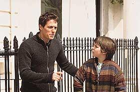 UMAKE PAR: Marcus (Nicholas Hoult) er mobbeofferet som legger sin elsk på den umodne skjørtejegeren Will (Hugh Grant), antakelig til nytte for dem begge og kanskje også for Nicholas' mor (Toni Collette). «Gutter er gutter» er basert på Nick Hornbys roman.