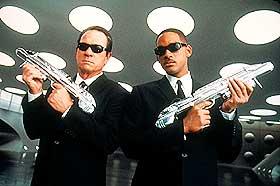 VELKLEDDE JEGERE: Agentene Kay (Tommy Lee Jones) og Jay (Will Smith).