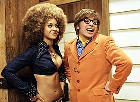 TOALETT OG TENNER: Beyonce Knowles og Mike Myers er Foxxy og Austin i utgave tre av Austin Powers - stadig væpnet til sine framstående tenner med toaletthumor.
