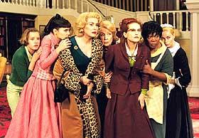 SUPERKVINNER:  Eliten av Frankrikes kvinnelige skuespillere, med Catherine Deneuve i spissen, stiller opp for Frangois Ozon i «8 kvinner» - en fantasifull parodi. Men bare et stykke på vei.