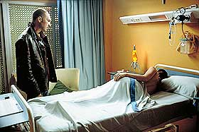 I KOMA: Marco (Dario Grandinetti) våker over sin falne matador Lydia (Rosario Flores)i Pedro Alomodóvars «Snakk til henne».