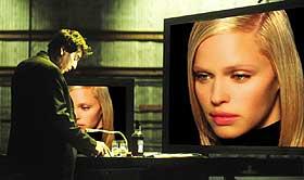 PERFEKT STJERNE: Regissøren Victor Taransky (Al Pacino) lager film alene ved hjelp av en PC inneholdende dataprogrammet Simulation One. I det bor tidenes mest perfekte stjerne, Simone.