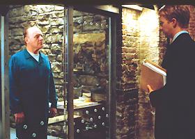 PSYKELIG SAMTALE: Vår alles kannibal, Hannibal Lecter (Anthony Hopkins), hjelper kanskje etterforsker Will Graham (Edward Norton) i jakten på en seriemorder, men han leker katt og mus med ham samtidig bak glassveggen sin. Ikke svært spennende i «Den røde drage».