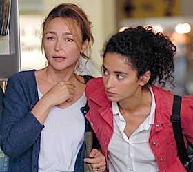 ALLIANSE: Hélhne (Catherine Frot) tar seg av den skamslåtte Noémie (Rachida Brakni) på sykehuset. De to inngår en allianse mot menn av ymse slag i Coline Serreaus vellagde, spennende «Kaos».