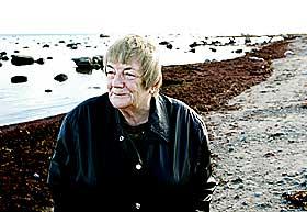 HJEMOVER: Margit Sandemo i sitt nye landskap. Til Sk�ne i S�r-Sverige flyttet hun for to uker siden, vekk fra sn� og is i Valdres. Hun bodde i Norge de f�rste seks �ra av sitt liv. Deretter ble hun med moren, adelsdamen Elsa Reuterski�ld, til Sverige. I 1964 flyttet hun tilbake til Norge med ektemannen Asbj�rn.