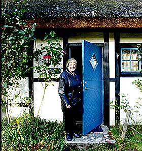 IDYLL: - Vi blir gamle damer i min slekt. Enn� har jeg mange arbeids�r igjen, forsikrer Sandemo utenfor sitt nye hjem i Sk�ne.