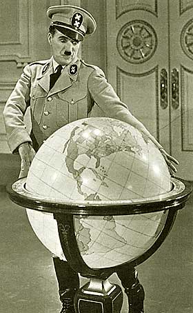 BURLESK KOMEDIE:  Adenoid Hynkel alias Adolf Hitler alias Charlie Chaplin leker seg med jordkloden i en berømt scene fra «Diktatoren» - en klassiker som fortsatt treffer der den skal.