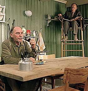 KJØKKENKOS: Joachim Calmeyer og Thomas Nordström gjør som de øvrige skuespillerne en solid innsats i Bent Hamers «Salmer fra kjøkkenet».