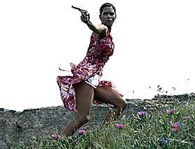 GARNITYR: Halle Berry spiller «hardtslående, men likevel ikke tøffere enn at Bond må redde henne i siste øyeblikk.»