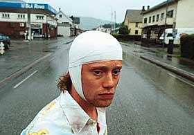 FÅR DET IKKE TIL:  Det meste går galt for Jonny Vang (Aksel Hennie), blant annet får han en spade i hodet så han må gå med kraftig bandasje. «Jonny Vang» er representert på filmfestivalen i Berlin i disse dager, og i kveld er det ordinær kinopremiere.