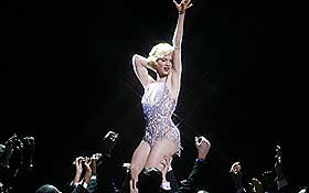 GLITRER:  Renée Zellweger som nattklubbsangeren Roxie Hart, som ble stjerne i 20-tallets lovløse Chicago. I kveld har filmversjonen av musikalen «Chicago» norgespremiere.