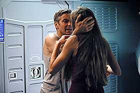 MØTE I ROMMET:  Chris Kelvin (George Clooney) møter igjen sin avdøde kone (Natascha McElhone) i Steven Soderberghs «Solaris», men hvem - og ikke minst hva - er hun? Spennende utfordring til oss publikummere.