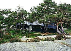 PORTØR: Sivilarkitekt Knut Knutsen tegnet denne hytta til seg selv i havgapet ved Portør i 1949. (Den er ikke lenger i familiens eie). - Naturen gir oss inspirasjon, derfor er det viktig å bevare den, sa arkitekten som ville ha avslappede hus til å koble av i, sa arkitekten.