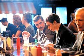 CIA-AGENTER:  George Clooney (t.v.) spiller selv føringsoffiser i sin regidebut, her med hovedrolleinnehaver Sam Rockwell.