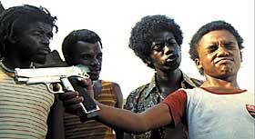 FRA VIRKELIGHETEN: «City of God» er bygd på Paulo Lins' selvbiografi med samme navn, skuespillerne er hovedsakelig rekruttert fra slumområder, men innspillingen har foregått et annet sted. Cidade de Deus er det ingen som tør nærme seg.