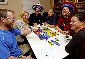 SOSIALT: Brettspillguidens tekstpanel hadde det gøy med spillet Cranium. Fra venstre: Tore Njå, Hege Njå, Lars Erik Christensen, Remo Rehder, Yngvar Wettergreen og Kathrine Rehder