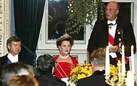 TALTE: Foran 179 politikere på Slottet siterte kong Harald fra boka «På gjengrodde stier» av Knut Hamsun. Statsminister Kjell Magne Bondevik hadde dronning Sonja til bords på den årlige middagen.