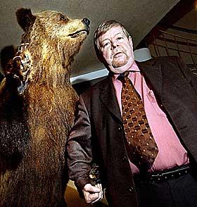 POPULÆR FINNE:  Arto Paasilinna er Finlands mest populære forfatter. Boka «Harens år» kommer ut på Aschehoug i disse dager. Den ender i en forrykende bjørnejakt - etter en serie fantastiske hendelser. Selv mener Paasilinna at bjørnen har «fornuft og visdom».
