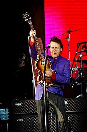 ALLE GENERASJONER: Både eldre nostalgikere og purunge nysgjerrige stilte opp på Valle Hovin for å se Beatles-legenden Paul McCartney og hans meget dyktige band i Oslo i går. Her er han i gang med låt nr. fire - «All My Loving».