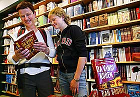 SOMMERSLAGER: Synøva (t.v.) og Katrine Sed med et eksemplar i Tanum bokhandel.