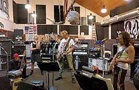 --> LET'S ROCK?:  Metallica (Randy Trujillo, Lars Ulrich, James Hetfield og Kirk Hammett) prøver seg fram.