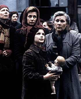 < b> PROTEST:  Kvinner og barn foran interneringsstedet for jøder i Rosenstrasse i Berlin.