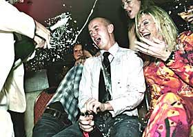 FINALEFEST: - Et verdig punktum, mente P�l H�ndlykken, som dynket en leende vinner i champagne.