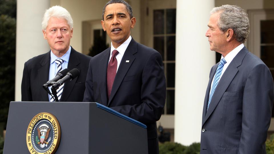 VANSKELIG: Barack Obama, her omgitt av Bill Clinton og George W. Bush, har f�tt en kraftig bekymring i natt. Demokratene tapte det viktige setet i Senatet. Foto: REUTERS/Larry Downing/SCANPIX