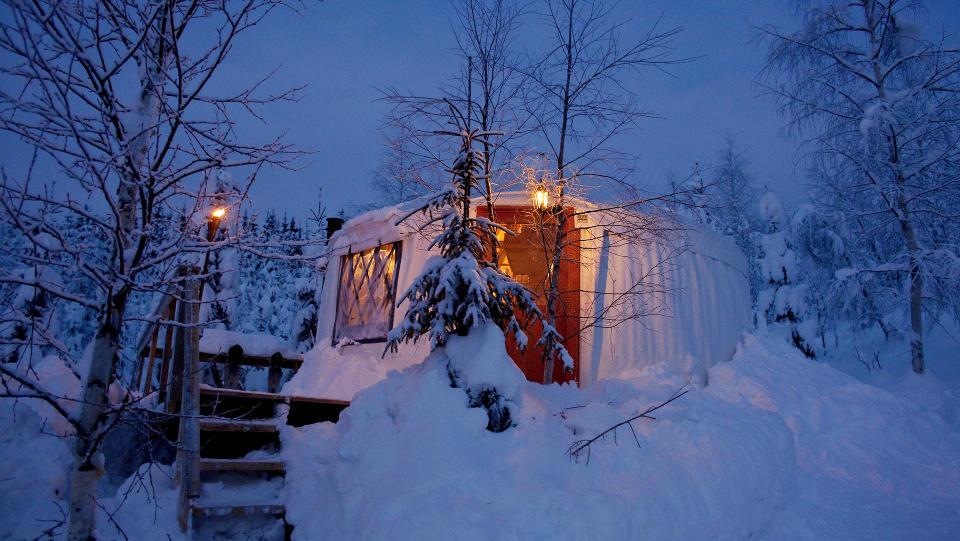 Stemningsfullt: I Prestfoss i Sigdal har den nederlandske familien Willemse bygget opp to jurter — en slags hybrid mellom hytte og telt. Ute er det over 20 minusgrader, ???men inne er det fyr p� peisen og deilig varmt. Foto: Mette M�ller.