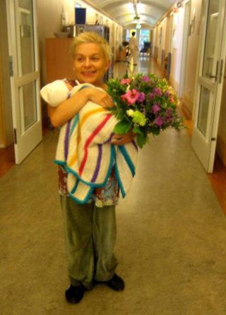 Førstegangsmamma: Kjersti kom tilbake fra Stockholm med samboer i bagasjen og datter i magen. Her er den nybakte moren på sykehuset.