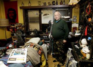 Bernt Hagen bor i en leilighet p� Torshov, p� grunn av veldig d�rlig helse og kontinuerlige innbrudd er han n�dt til � oppbevare alle sine eiendeler inne i leiligheten, uten mulighet til selv � rydde det opp.
