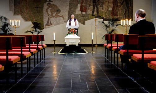 Ensom d�d: 22. oktober 2009 ble Jan Erik Fosshaug begravet uten en eneste venn eller p�r�rende til stede. Begravelsesagent Lars Olufsen setter seg i kirka for at presten Dag Iversen skal ha noen � snakke til.