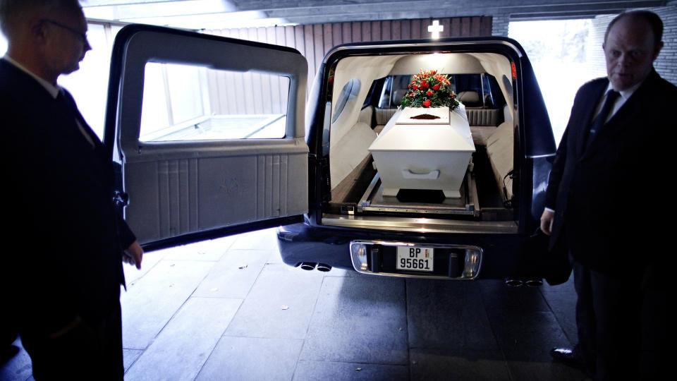 Til jord skal du bli: Agentene fra begravelsesbyr�et tar kista med Jan Erik Fosshaug med seg p� den siste etappen, til krematoriet.