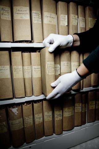 Detektiv-virksomhet: I Oslo byarkiv er det p�budt med hvite hansker for � sk�ne de skj�re, gamle dokumentene.