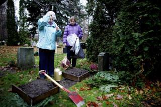 Siste stopp: Jan Erik Fosshaugs halvs�ster Inger Synn�ve Sunde senker urnen i jorden p� �stre gravlund. Sundes datter biv�ner det hele.