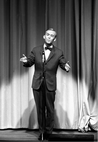 SANG VISER: Fr�land p� Chat Noir i 1964 - 19 �r gammel og allerede beskrevet som et multitalent. Foto: Storl�kken / Aktuell / Scanpix