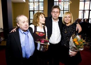 Fr�land, Herborg Kr�kevik, Otto Jespersen og Linn Sk�ber hyllet avd�de komiker Arve Opsahl p� Oslo Nye Teater i 2008.   Foto: Sara Johannessen / SCANPIX